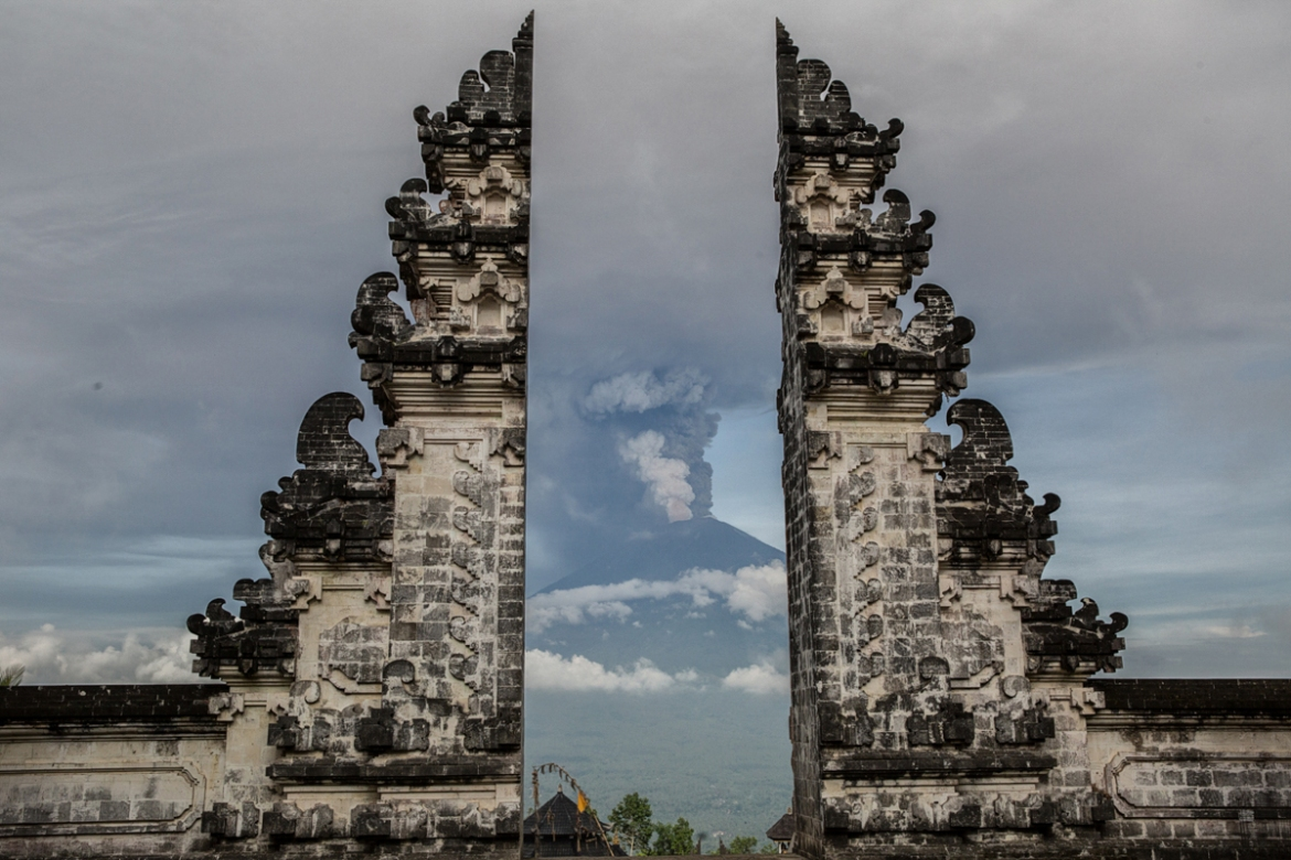 Indonesia's disaster agency has said Bali is 'still safe' for tourists except for a 7.5km zone around Mount Agung. [Putu Sayoga/Al Jazeera]
