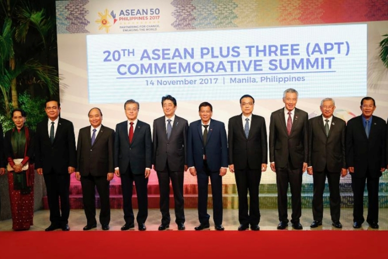 Leaders pose for a photo before the ASEANsSummit in Manila [Bullit Marquez/Pool/Reuters]