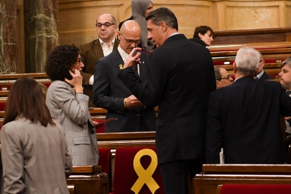 Catalonia's MP Marta Rovira of the pro-independence party ERC speaks with Catalonia's MP Xavier Garcia Albiol of the PPC at the Parliament of Catalonia on January 17, 2018, in Barcelona, Spain. [File: David Ramos/Getty Images]