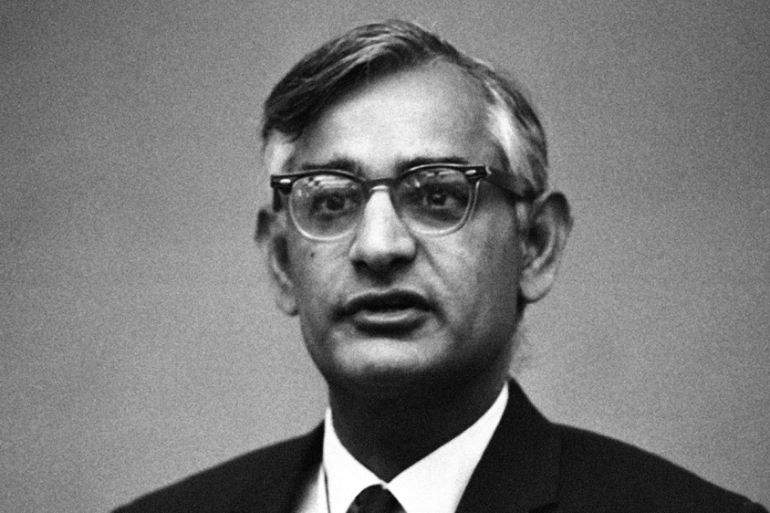 Dr Har Gobind Khorana of the University of Wisconsin research team, speaks to scientists at a meeting in Madison, June 2, 1970. (AP Photo/Paul Shane) [Daylife]