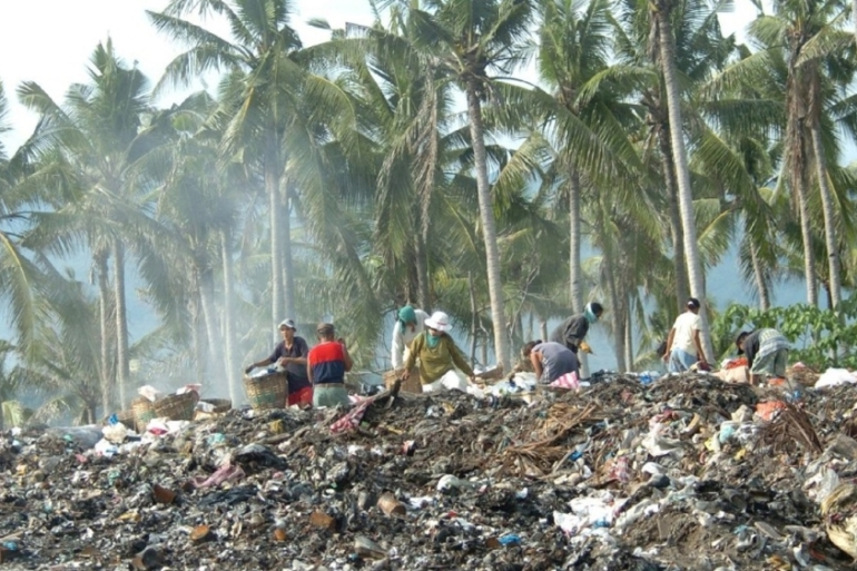 Scavengers sift through piles of rubbish on the Philippine resort island of Boracay [AFP]
