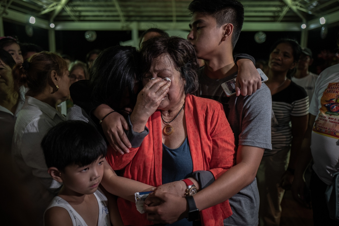 Gina Halili, the widow of the fallen mayor with her family, bid their final goodbye during the funeral. Mayor Halili was accused by President Rodrigo Duterte of links to the drug trade, allegations that Halili and his family had repeatedly denied. [Ezra Acayan/Al Jazeera]