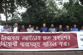 Editors held banner calling on government to  'abolish anti- free speech' sections in new law [Mahmud Hossain Opu/Al Jazeera]