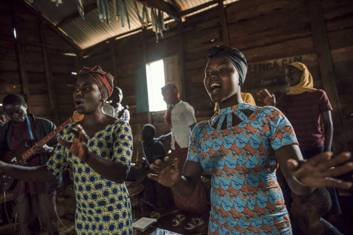 A choir sings during Sunday service at camp for communities displaced by conflict. [Hugh Kinsella Cunningham/Save the Children]