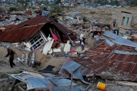 Indonesia quake and tsunami: Bodies buried in mass grave