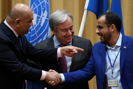 Head of the Houthi delegation Mohammed Abdul-Salam (R), Yemeni FM Khaled al-Yaman (L) and UN SG Antonio Guterres, seen at the end of peace talks in Stockholm on December 13, 2018 [Reuters]