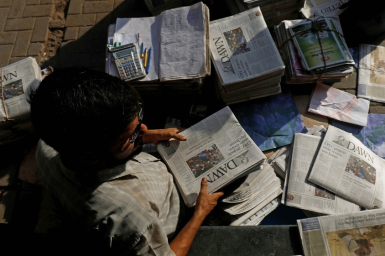 A hawker sorts out newspapers in the streets of Karachi, Pakistan on October 7, 2018 [Reuters/Akhtar Soomro]