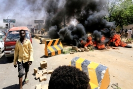 Sudanese protesters burn tyres and barricade the road leading to al-Mek Nimir Bridge crossing over Blue Nile, Sudan May 13, 2019 [Mohamed Nureldin Abdallah/Reuters]