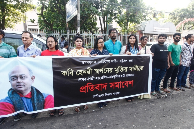 A human chain formed by activists in front of Dhaka's national museum against the arrests [Mahmud Hossain Opu/Al Jazeera]