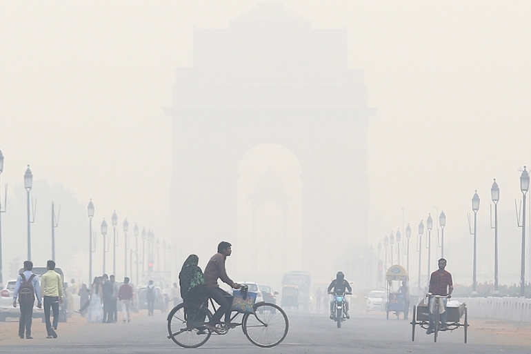New Delhi's iconic India Gate memorial covered in a thick smog [Amarjeet Singh/Al Jazeera]