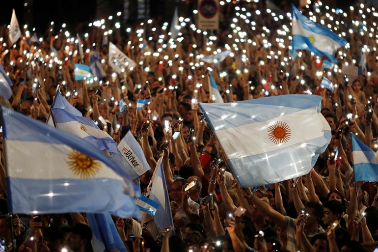 Supporters of Argentina's President and current presidential candidate Mauricio Macri attend a closing campaign rally in Cordoba, Argentina [Carlos Garcia Rawlins/Reuters]