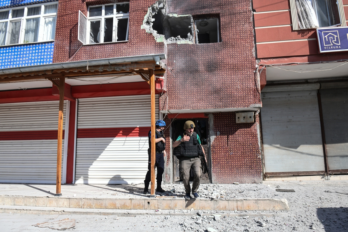 Turkish police officers secure the building in Akcakale that was hit by a mortar reportedly fired from Syria. [Burak Kara/Getty Images]