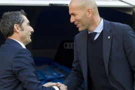 Pictured with Real Madrid's coach Zinedine Zidane, Barcelona FC's Ernesto Valverde, left, has called for calm, saying 'people should be able to express themselves freely' [File: Curto De La Torre/AFP]