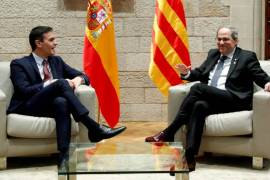 Spain's Prime Minister Pedro Sanchez and Catalan regional leader Quim Torra talk in Barcelona [File: Albert Gea/Reuters]