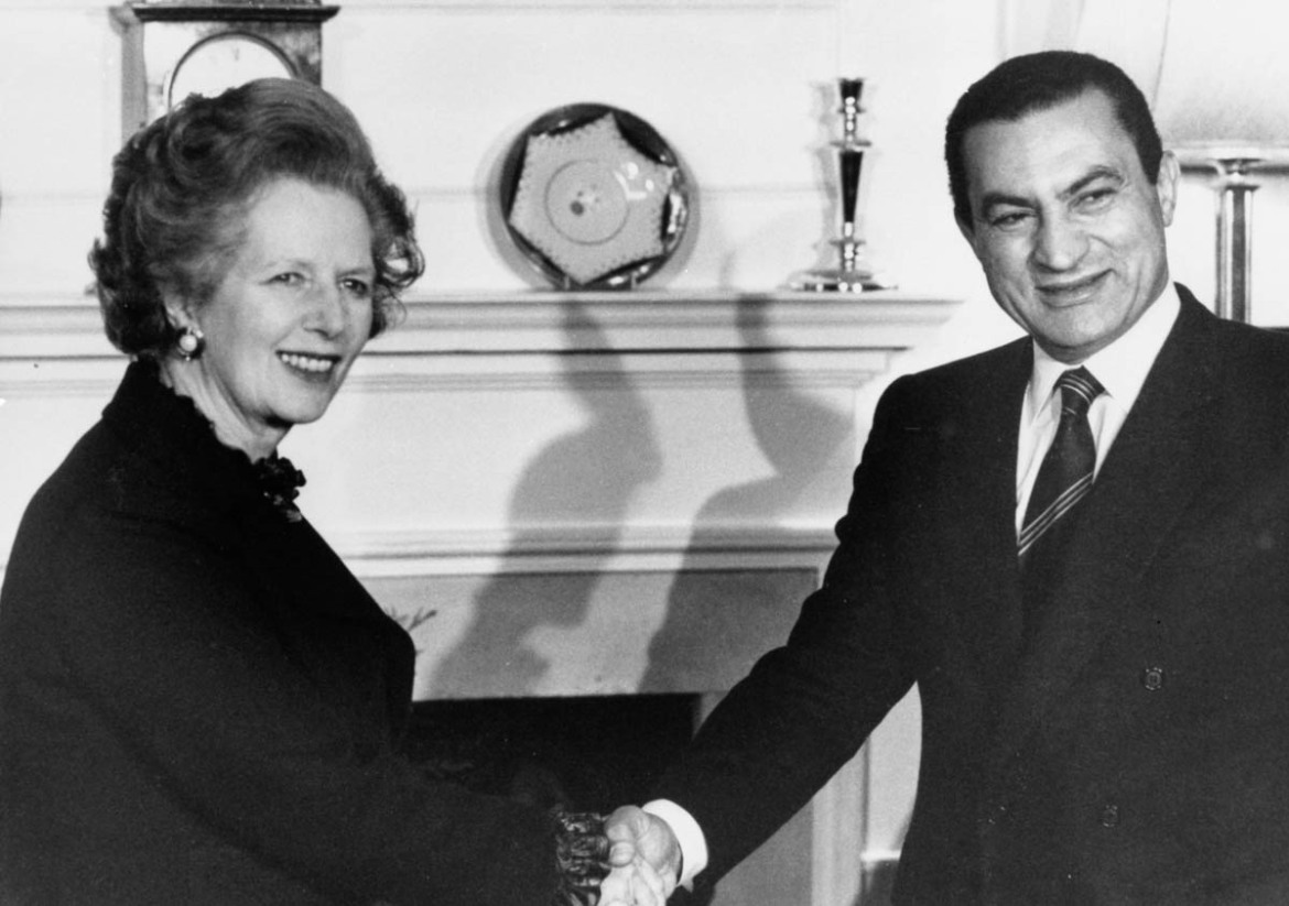 Egypt's President Hosni Mubarak inside 10 Downing Street with Britain's Prime Minister Margaret Thatcher, on March 14, 1985. [Roy Letkey/Reuters]