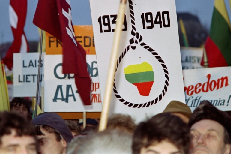 In this photo taken on January 11, 1990 Lithuanians demonstrate for independence from the Soviet Union, in Vilnius [Vitaly Armand/AFP]
