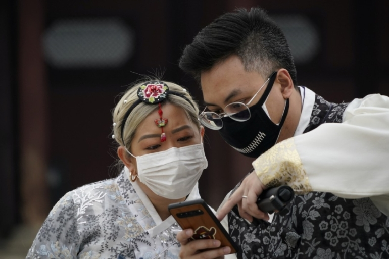 Smartphone apps have been central to South Korean efforts to tackle the coronavirus [File: Kim Hong-Ji/Reuters]