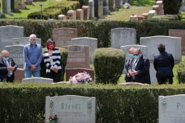 Mourners attend a funeral amid the coronavirus disease (COVID-19) outbreak at the Woodlawn Cemetery in Everett, Massachusetts, US, on May 4, 2020. [REUTERS/BRIAN SNYDER]
