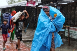 People make their way to a safer place before the cyclone Amphan makes landfall in Satkhira district of Bangladesh [Reuters]