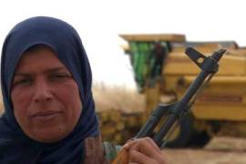 Kurdish women volunteer to protect crops from ISIL