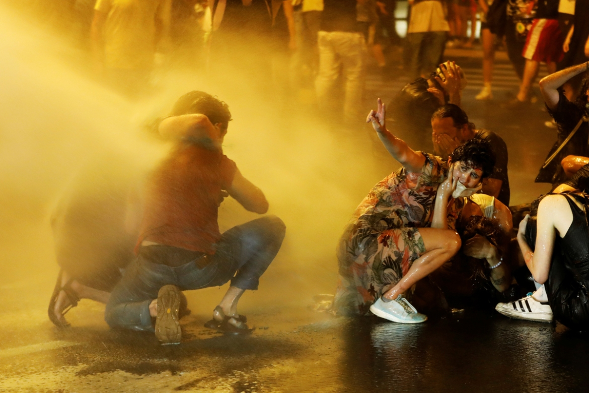 Police used water cannon against the demonstrators. [Ronen Zvulun/Reuters]