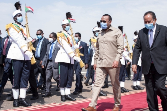 Ethiopian Prime Minister Abiy Ahmed being welcomed by his Sudanese counterpart Abdalla Hamdok at Khartoum airport [Anadolu]