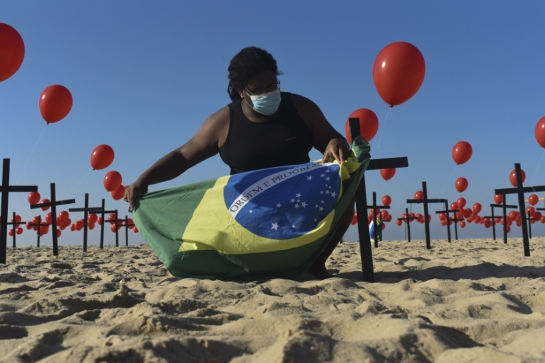Red balloons released at Copacabana beach as a tribute to the 100,000 Brazilians who died due to COVID-19 [Fabio Teixeira/Anadolu]