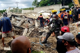 At least one person was killed and 43 injured when the earthquake shook the central Philippines on August 18, sending residents fleeing their homes and damaging buildings and roads [Courtesy of Javee Vallecer/AFP]
