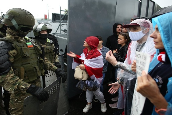 Belarus opposition supporters speak with Belarusian servicemen during a rally to protest against the disputed August 9 presidential elections results in Minsk on September 6, 2020 [TUT.BY/AFP]