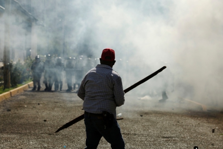 Farmers clash with members of the Mexican National Guard during a protest against the decision of the Mexican government to divert water from La Boquilla dam to the US [Jose Luis Gonzalez/Reuters]
