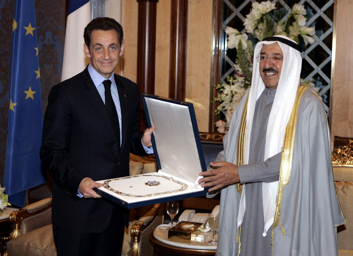 Former French President Nicolas Sarkozy, left, receiving the collar of the Great Mubarak Kebir from Sheikh Sabah in this Febraruy 11, 2009 photo. [Remy de la Mauviniere/Reuters]