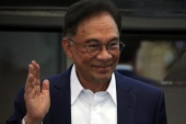Malaysia's opposition leader Anwar Ibrahim says he has enough support from MPs to form a government [Lim Huey Teng/Reuters]