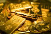 Some banks, like Goldman Sachs and Bank of America, are predicting that gold prices could move higher [File: Chris Ratcliffe/Bloomberg]