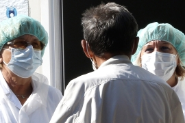 epa08668309 A medical staff attends to a man arriving to test for coronavirus, at a hospital in Sarajevo, Bosnia and Herzegovina, 14 September 2020. Countries around the world are taking increased measures to stem the widespread of the SARS-CoV-2 coronavirus which causes the Covid-19 disease.  EPA-EFE/FEHIM DEMIR [EPA]