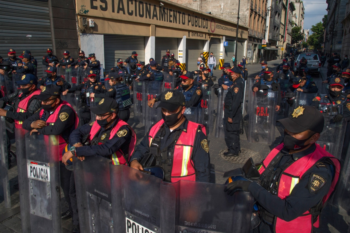 Police stand guard blocking pedestrian and vehicle access to the Zocalo square in Mexico City on September 15, the day before the commemoration of the 210th anniversary of Mexican Independence. [Claudio Crus/AFP]