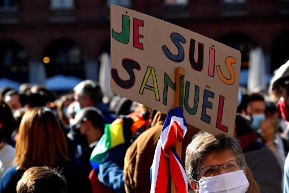 A person holds a placard reading 'I am Samuel' as people gather on Place du Capitole in Toulouse on October 18, 2020, in homage to history teacher Samuel Paty two days after he was beheaded by an attacker who was shot dead by policemen [Photo by Georges Gobet/AFP]