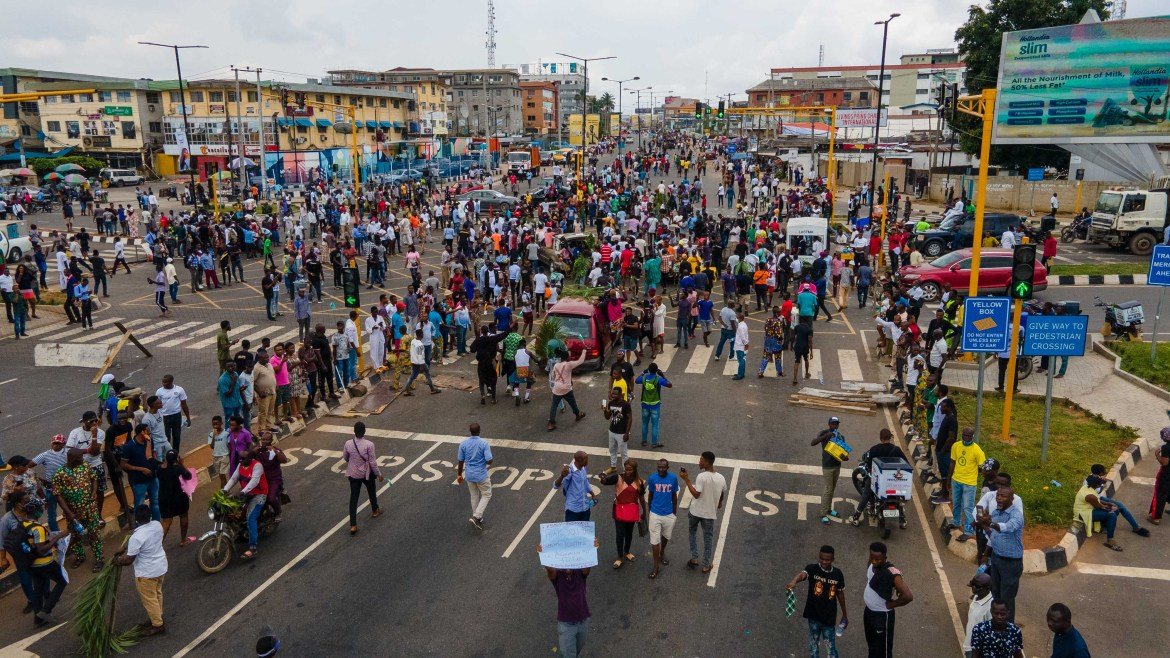 Protesters swarm the Allen Avenue roundabout in Lagos. [Benson Ibeabuchi/AFP]