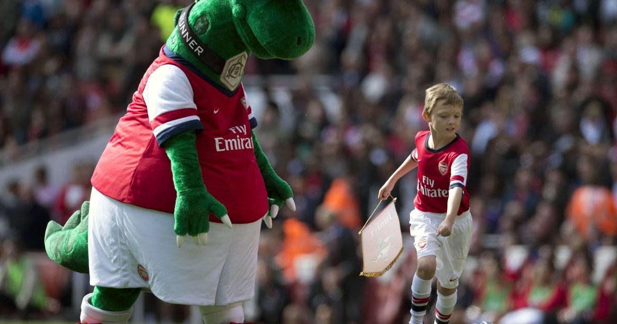 Mesut Ozil saves Arsenal mascot 'Gunnersaurus' from extinction thumbnail