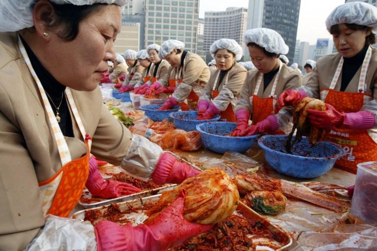 Pada tahun normal, rumah tangga Korea Selatan membeli kubis dan sayuran lainnya dalam jumlah besar untuk membuat kimchi untuk tahun depan, tetapi banjir tahun ini telah merusak tanaman dan mengganggu persediaan [File: Lee Jae-Won / Bloomberg]