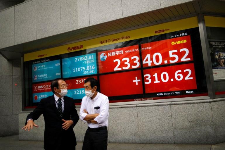Sebagian besar indeks saham Asia menguat pada hari Rabu karena investor mengabaikan keputusan Trump untuk menarik diri dari pembicaraan stimulus fiskal dengan rival Demokrat [File: Issei Kato / Reuters]