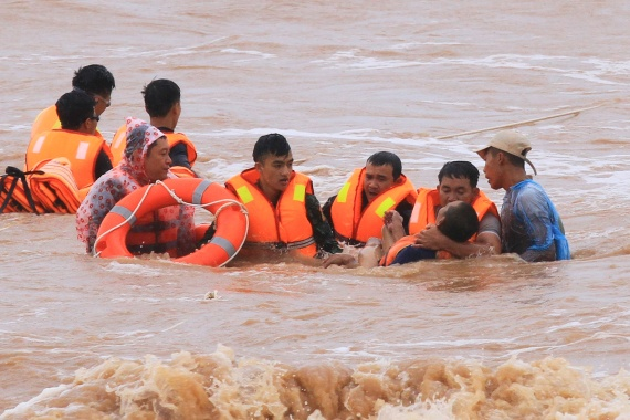 Military personnel rescue sailors from a stricken ship at Cua Viet Port in Quang Tri province in Vietnam [Ho Cau/Reuters]
