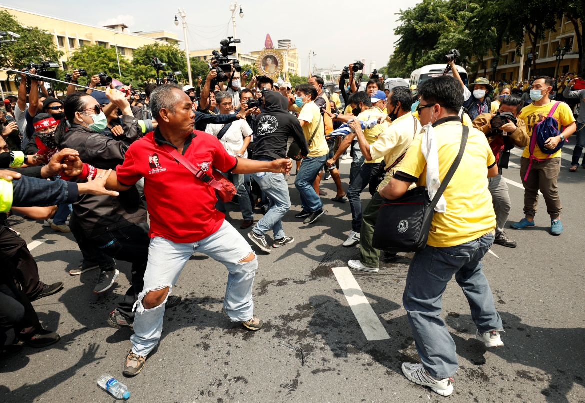 Pro-democracy protesters and royalists clash during the demonstrations in Bangkok. [Jorge Silva/Reuters]
