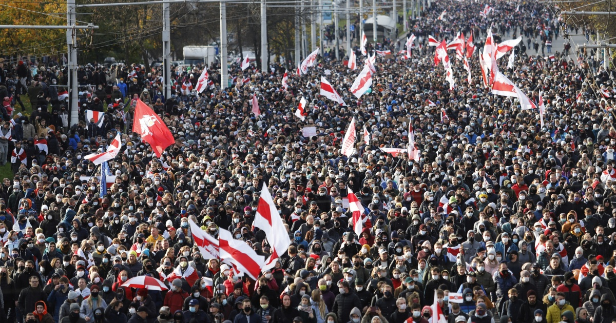 Tens of thousands march in Belarus despite police threat to fire thumbnail
