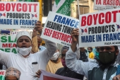 Muslims shout slogans as they hold placards during a protest against French President Emmanuel Macron and against the publishing of caricatures of the Prophet Muhammad they deem blasphemous, in Mumbai [Rafiq Maqbool/AP]
