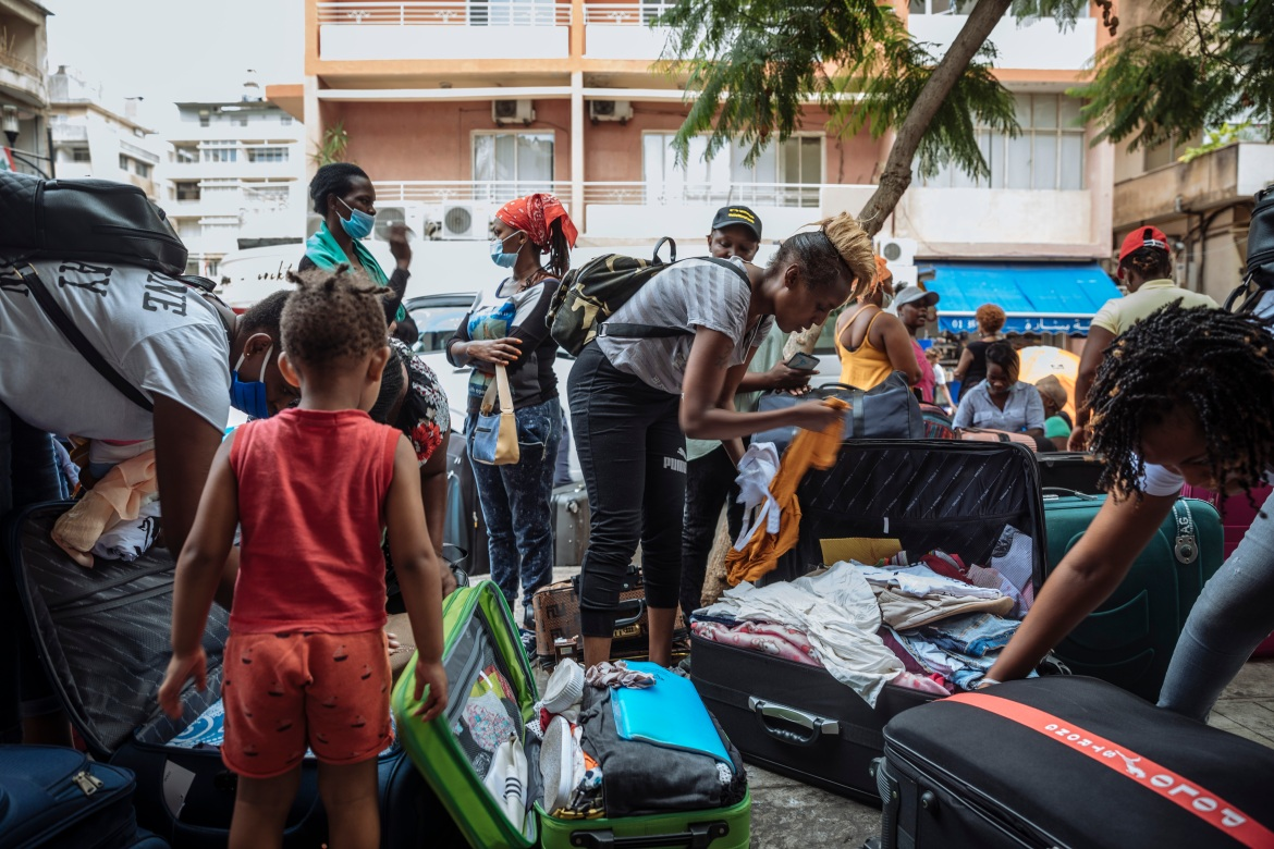 Kenyan migrants pack their bags and check their weight limits before heading to the airport to fly back to Nairobi. This flight home comes after weeks of sit-in demonstrations at the Kenyan consulate by Kenyans expressing their wish to return home. [Muse Mohammed/IOM]