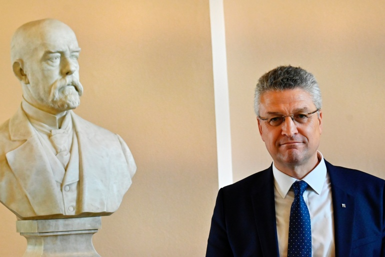 The head of Germany's Robert Koch Institute (RKI), Lothar Wieler, poses next to a bust of Robert Koch after addressing a news conference on the spread of the coronavirus disease (COVID-19), in Berlin, July 28, 2020. [Tobias Schwarz/Pool via Reuters]