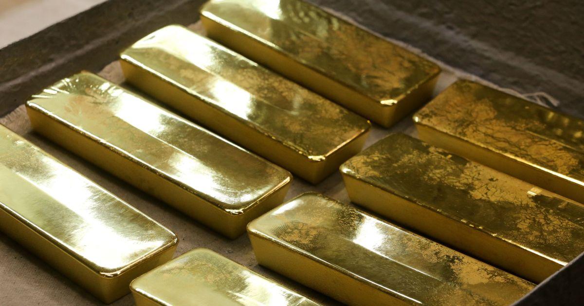 Gold rises on renewed US stimulus hope, dollar falls thumbnail