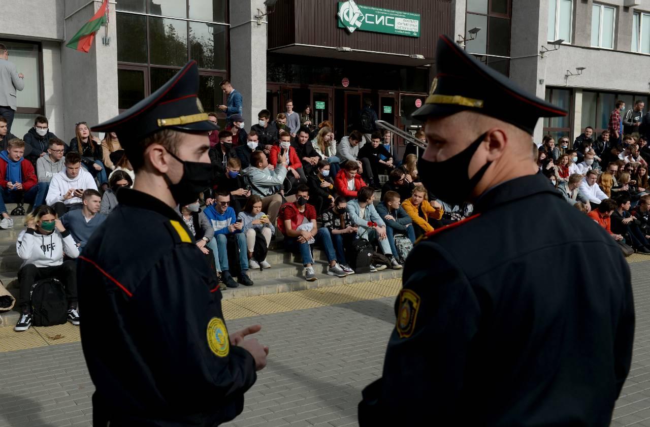 Macron warns Lukashenko 'must go' as 100000 continue Belarus protest