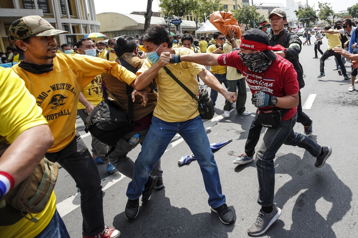 Pro-democracy protesters clash with monarchy supporters during the anti-government protests. [Rungroj Yongrit/EPA]