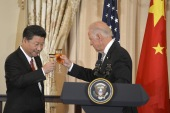 Chinese President Xi Jinping and then Vice President Joe Biden raise their glasses in a toast during a luncheon at the State Department, in Washington, September 25, 2015. [Mike Theiler/Reuters]